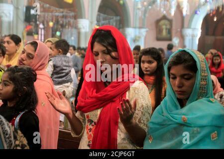 Les gens assistent à une messe le jour de Noël à l'église de la cathédrale de Lahore, Pakistan le 25 décembre 2017. REUTERS/Mohsin Raza