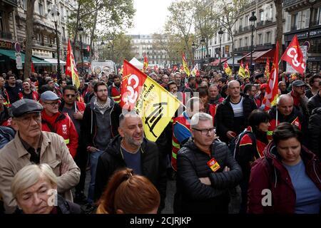 Les syndicats et les cheminots français de la SNCF manifestent devant la station de métro Gare du Nord à Paris, France le 5 novembre 2019. REUTERS/Benoit Tessier Banque D'Images