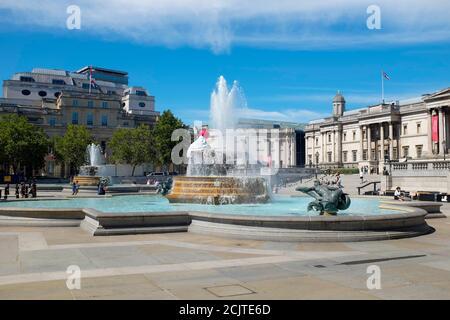Place Trafalgar avec la Galerie nationale et les fontaines d'Edwin Lutyens. Londres, Royaume-Uni.