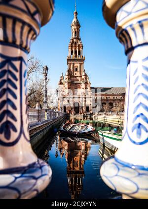 Plaza de Espana, Séville, Espagne, vue depuis un pont avec l'architecture reflétée dans l'eau Banque D'Images