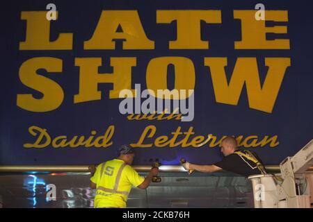 Les travailleurs retirent le chapiteau du Ed Sullivan Theatre où « The late Show » avec David Letterman a utilisé pour la bande dans le quartier de Manhattan New York le 27 mai 2015. L'enregistrement et la diffusion de l'édition finale de « The late Show » ont eu lieu le 20 mai et les travailleurs transforment lentement le théâtre pour le nouvel hôte du spectacle, Stephen Colbert, qui sera présenté en première place le 8 septembre 2015. REUTERS/Carlo Allegri