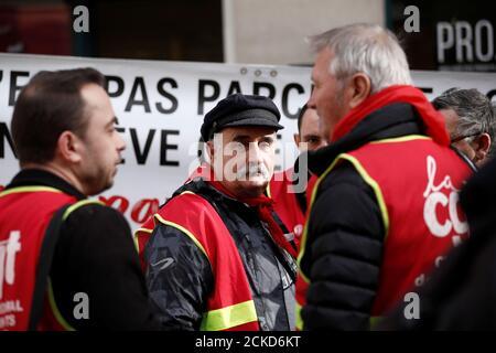 Les cheminots français de la SNCF protestent devant la station de métro Gare du Nord à Paris, France le 5 novembre 2019. REUTERS/Benoit Tessier Banque D'Images