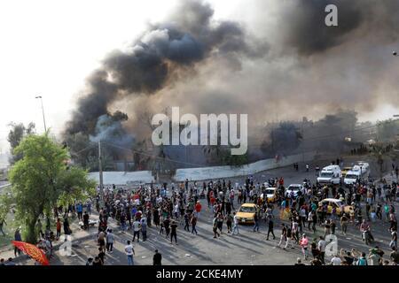 Les manifestants sont vus comme d'autres bloquent la route avec des pneus en feu lors d'une manifestation contre le chômage, la corruption et la mauvaise qualité des services publics, à Bagdad, en Irak, le 2 octobre 2019. REUTERS/Thaier al-Sudani