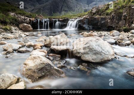 Cascades piscines fée entouré de montagnes pendant une journée nuageuse sur l'île de Skye en Ecosse