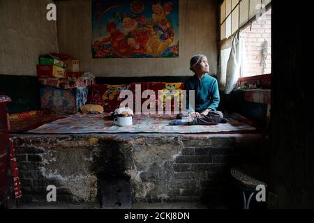 L'ancienne 'femme de confort' chinoise Zhang Xiantu repose sur un lit traditionnel en brique dans sa maison dans la ville de Xiyan, province du Shanxi, Chine, le 18 juillet 2015. « les femmes de confort » est l'euphémisme japonais pour les femmes qui ont été forcées à la prostitution et victimes d'abus sexuels dans des maisons de prostitution militaires japonaises avant et pendant la Seconde Guerre mondiale. Xiantu est la seule 'femme de réconfort' survivante des 16 plaignants de Shanxi qui ont poursuivi le gouvernement japonais en 1995 pour avoir enlevé des filles et les utiliser comme 'femme de réconfort' pendant la deuxième Guerre mondiale. Selon les informations de la Commission d'enquête de la Chine sur les faits de Comfort Women be
