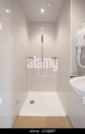 Une salle de douche attenante à l'auberge de jeunesse Cote Ghyll à Osmotherley, dans le North Yorkshire, au Royaume-Uni