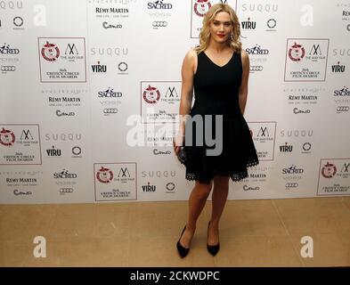 L'actrice britannique Kate Winslet pose pour les photographes au 36e London Critsons' Circle film Awards à Londres, en Grande-Bretagne, le 17 janvier 2016. REUTERS/Neil Hall