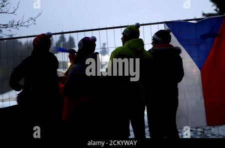 Les fans applaudissent derrière une clôture entourant la Vysocina Arena après la fermeture de la coupe du monde de biathlon pour les spectateurs en raison de problèmes liés au coronavirus, à Nove Mesto na Morave, République tchèque, le 6 mars 2020. REUTERS/David W Cerny Banque D'Images