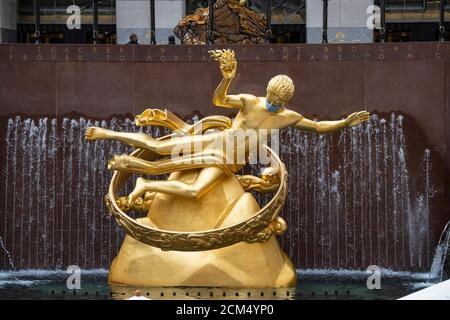 Manhattan, New York, États-Unis. 16 septembre 2020. La sculpture Prométhée du Rockefeller Center est dotée d'un masque d'EPI en raison de Covid-19 à Manhattan, New York. Crédit obligatoire : Kostas Lymperopoulos/CSM/Alay Live News
