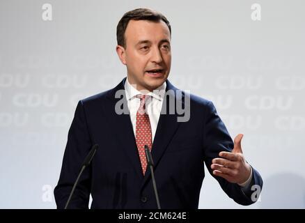 Le secrétaire général de l'Union chrétienne-démocrate allemande Paul Ziemiak parle lors d'une réunion du conseil d'administration de la CDU Hambourg, Allemagne le 17 janvier 2020. REUTERS/Fabian Bimmer