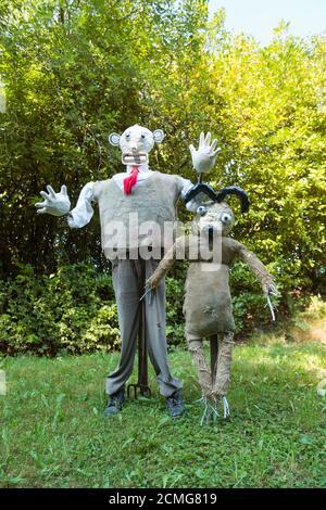 Taille de la vie vue inhabituelle sur la voie de campagne habillée de fracas Porter un uniforme élégant dans le jardin avant Wallis et Gromit tricoté cavalier Banque D'Images