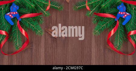 Fond de Noël avec branches de sapin et décorations sur un arrière-plan en bois marron