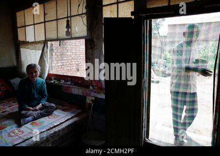 L'ancienne 'femme de confort' chinoise Zhang Xiantu repose sur un lit traditionnel en brique tandis que son fils apporte son déjeuner à Xiyan Town, province du Shanxi, Chine, le 18 juillet 2015. « les femmes de confort » est l'euphémisme japonais pour les femmes qui ont été forcées à la prostitution et victimes d'abus sexuels dans des maisons de prostitution militaires japonaises avant et pendant la Seconde Guerre mondiale. Zhang est la seule ancienne 'femme de réconfort' survivante des 16 plaignants de Shanxi qui ont poursuivi le gouvernement japonais en 1995 pour avoir enlevé des filles et les utiliser comme 'femme de réconfort' pendant la deuxième Guerre mondiale. Selon les informations de la Commission d'enquête de la Chine sur le fait