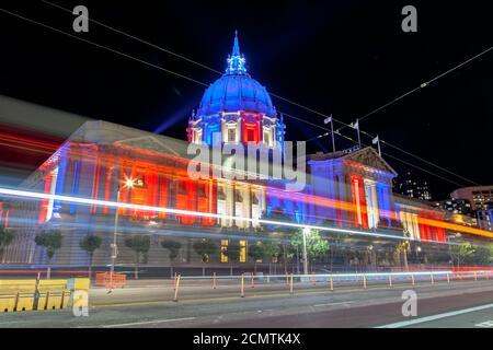 L'hôtel de ville de San Francisco s'allume en rouge, blanc et bleu en l'honneur du drapeau américain le jour du drapeau national, le jour de l'indépendance, Californie, États-Unis.