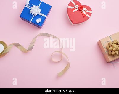 boîtes-cadeaux carrées décorées de rubans et de noeuds Banque D'Images