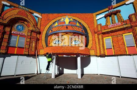 Un ouvrier met la touche finale à l'entrée du festival Lemon à Menton, France, le 10 février 2016. Quelque 140 tonnes métriques de citrons et d'oranges sont utilisées pour faire des expositions pendant le 83e festival, qui a pour thème 'Cinecitta', et qui se déroule du 13 février au 2 mars. REUTERS/Eric Gaillard