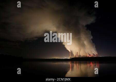 Des billons de fumée et de vapeur provenant de la centrale électrique de Belchatow, la plus grande centrale au charbon d'Europe exploitée par le Groupe PGE, la nuit près de Belchatow, en Pologne, le 5 décembre 2018. Photo prise le 5 décembre 2018. REUTERS/Kacper Pempel