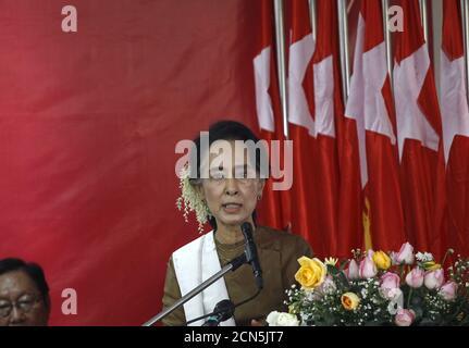 Aung San Suu Kyi, la dirigeante du Myanmar en faveur de la démocratie, prononce un discours à l'occasion de la 68e Journée de l'indépendance du Myanmar au siège du parti de la Ligue nationale pour la démocratie (NLD) à Yangon le 4 janvier 2016. REUTERS/SOE Zeya Tun