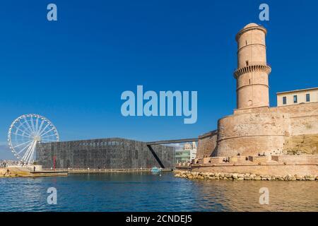 Vue depuis un bateau d'excursion jusqu'au bâtiment MuCEM et à la tour de la forteresse Saint Jean, Marseille, Bouches du Rhône, Provence, France