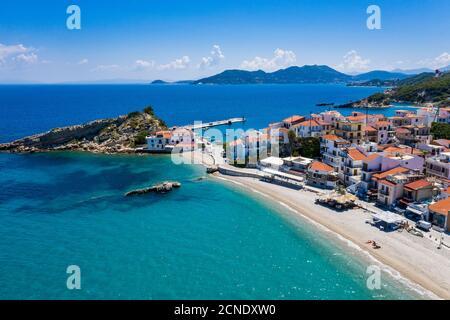 Aérien par drone de Kokkari et sa plage de galets, Samos, Iles grecques, Grèce, Europe