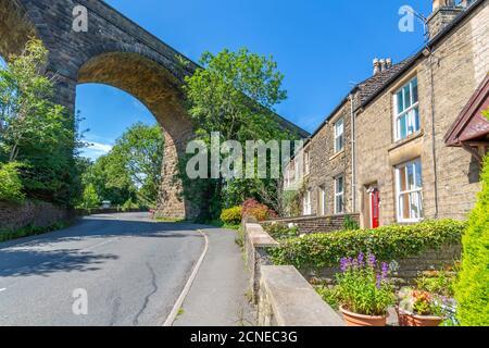 Vue sur le viaduc ferroviaire et les chalets de Chapel Milton, Derbyshire, Angleterre, Royaume-Uni, Europe
