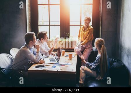 Groupe de concepteurs divers ayant un concept de réunion. Équipe de graphistes ayant une réunion au bureau.