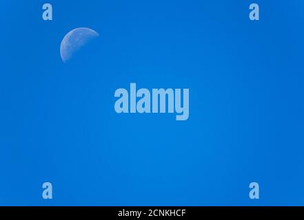 Croissant de lune dans le ciel bleu, Bavière, Allemagne, Europe Banque D'Images