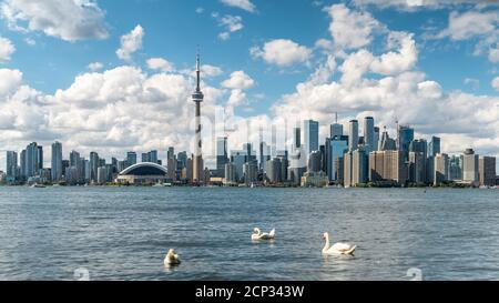Horizon de Toronto et lac Ontario pendant l'été, Toronto, Ontario, Canada.