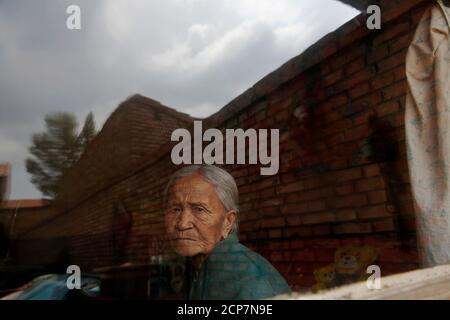L'ancienne 'femme de confort' chinoise Zhang Xiantu regarde par la fenêtre de sa maison dans la ville de Xiyan, province du Shanxi, Chine, le 18 juillet 2015. « les femmes de confort » est l'euphémisme japonais pour les femmes qui ont été forcées à la prostitution et victimes d'abus sexuels dans des maisons de prostitution militaires japonaises avant et pendant la Seconde Guerre mondiale. Zhang Xiantu est la seule 'femme de réconfort' survivante des 16 plaignants du Shanxi qui ont poursuivi le gouvernement japonais en 1995 pour avoir enlevé des filles et les utiliser comme 'femme de réconfort' pendant la deuxième Guerre mondiale. Selon les informations de la Commission d'enquête de la Chine sur les faits des femmes de confort Bein