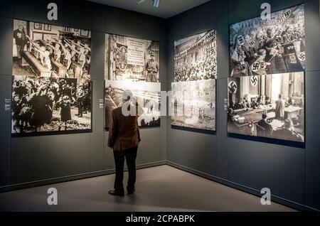Un visiteur regarde des photos historiques au centre Mémorial de la résistance allemande, une exposition sur les personnes qui se sont opposées à la domination des Nazis avant et pendant la Seconde Guerre mondiale, à Berlin le 1er juillet 2014. REUTERS/Thomas Peter (ALLEMAGNE - Tags: POLITIQUE)