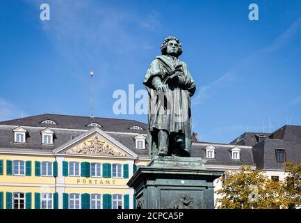 Bonn, Rhénanie-du-Nord-Westphalie, Allemagne - Monument Beethoven devant le bureau de poste principal de Muensterplatz. En 2020, Bonn célèbre Beethoven Banque D'Images