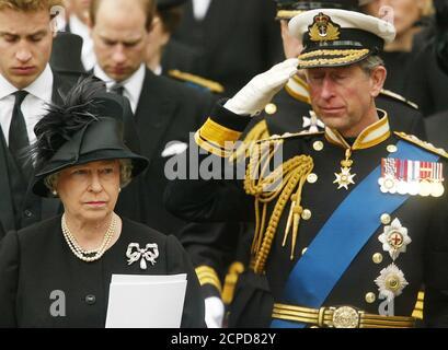 La famille royale de Grande-Bretagne, y compris la reine Elizabeth II (R) et son fils le prince Charles, et le prince William (L) et le prince Edward (2R) montrent leur respect lors des funérailles de la reine mère à Londres le 9 avril 2002. Des dignitaires royaux et des politiciens du monde entier se sont réunis à l'abbaye de Westminster pour rendre hommage à la reine mère, décédée le 30 mars, âgée de 101 ans. Elle sera interjouée à la chapelle Saint-George à Windsor, à côté de son mari, le roi George VI REUTERS/Dan Chung DC/NMB Banque D'Images