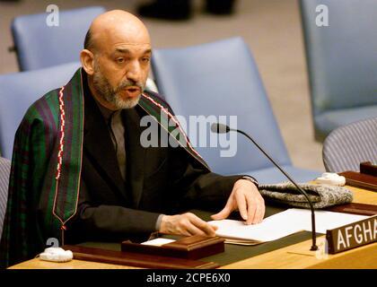 Le dirigeant intérimaire de l'Afghanistan, Hamid Karzaï, s'exprime au Conseil de sécurité des Nations Unies à New York le 30 janvier 2002. Karzaï a remercié l'ONU d'avoir aidé sa nation à se remettre après des décennies de guerre et l'a exhorté à étendre une force internationale qui ne fournit maintenant la sécurité que dans la capitale Kaboul. REUTERS/Peter Morgan PM/MMR
