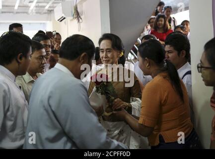 Aung San Suu Kyi (C), la dirigeante pro-démocratie du Myanmar, reçoit des fleurs de son soutien alors qu'elle arrive au siège du parti de la Ligue nationale pour la démocratie (NLD) pour assister au 68e jour de l'indépendance du Myanmar à Yangon le 4 janvier 2016. REUTERS/SOE Zeya Tun