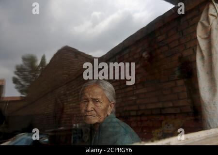 L'ancienne 'femme de confort' chinoise Zhang Xiantu regarde par la fenêtre de sa maison dans la ville de Xiyan, province du Shanxi, Chine, le 18 juillet 2015. € œComfort femme? Est l'euphémisme japonais pour les femmes qui ont été forcées à la prostitution et victimes d'abus sexuels dans des maisons de prostitution militaires japonaises avant et pendant la Seconde Guerre mondiale. Zhang Xiantu est la seule 'femme de réconfort' survivante des 16 plaignants du Shanxi qui ont poursuivi le gouvernement japonais en 1995 pour avoir enlevé des filles et les utiliser comme 'femme de réconfort' pendant la deuxième Guerre mondiale. Selon les renseignements de la Commission d'enquête de China sur les faits de Comfort Wome