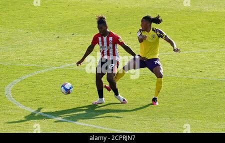 Ivan Toney de Brentford (à gauche) et Romoney Crichlow-Noble de Huddersfield Town se battent pour le ballon lors du match de championnat Sky Bet au stade communautaire de Brentford, à Londres. Banque D'Images