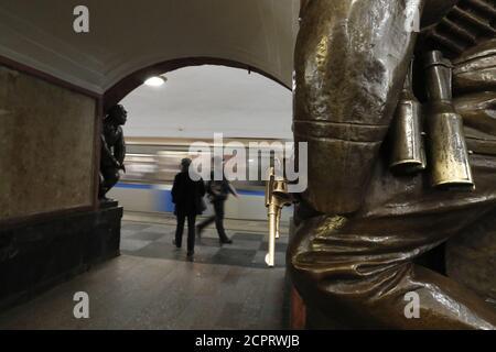 Les gens marchent sur la plate-forme de la station de métro Ploshchad Revolyutsii (place de la Révolution), avec une statue partiellement vue en premier plan, à Moscou, Russie 16 mars 2018. REUTERS/Grigory Dukor