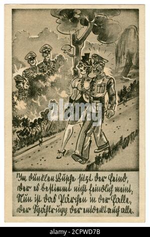 Carte postale historique allemande : soldat allemand en tenue habillée uniforme marchant dans le parc avec une fille. Date et embuscade dans les buissons, série satirique 1939