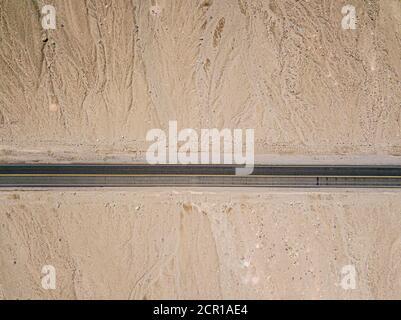 Vue aérienne de l'autoroute dans le désert