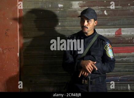 Le personnel de sécurité se trouve sur les lieux d'un attentat à la bombe dans une rue principale de Gizeh, en Égypte, le 21 janvier 2016. Une attaque à la bombe a tué jeudi six personnes, dont trois policiers, près d'une route menant aux pyramides dans la banlieue de Gizeh, au Caire, selon des sources de sécurité. REUTERS/Mohamed Abd El Ghany Banque D'Images
