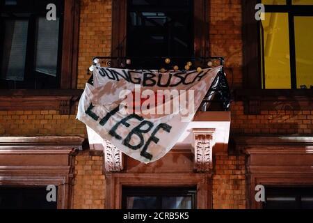 Mannheim, Allemagne. 18 septembre 2020. Une bannière avec l'inscription 'Jungbusch Liebe' est suspendue sur le balcon d'une maison dans le quartier de Jungbusch. Dans le quartier du parti Jungbusch, les intérêts des résidents, des traiteurs et des fêtards se heurtent. Les employés du projet 'Nachtschicht' sont censés prévenir et désamorcer les conflits. (À dpa-KORR de 20.09.2020) Credit: Uwe Anspach/dpa/Alamy Live News