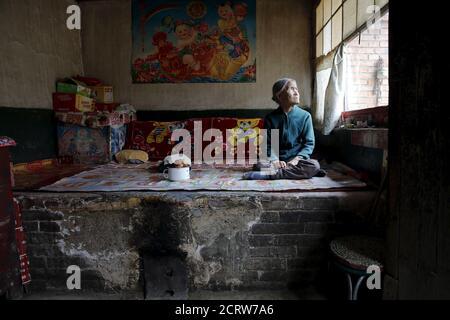 L'ancienne 'femme de confort' chinoise Zhang Xiantu repose sur un lit traditionnel en brique dans sa maison dans la ville de Xiyan, province du Shanxi, Chine, le 18 juillet 2015. € œComfort femme? Est l'euphémisme japonais pour les femmes qui ont été forcées à la prostitution et victimes d'abus sexuels dans des maisons de prostitution militaires japonaises avant et pendant la Seconde Guerre mondiale. Xiantu est la seule 'femme de réconfort' survivante des 16 plaignants de Shanxi qui ont poursuivi le gouvernement japonais en 1995 pour avoir enlevé des filles et les utiliser comme 'femme de réconfort' pendant la deuxième Guerre mondiale. Selon les renseignements de la Commission d'enquête de China sur les faits de Comfort WO