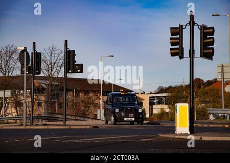 Glasgow/Écosse-novembre 15 2013 : chute dans la ville. Taxi (taxi londonien) sur la route et aux feux de signalisation. Gros plan. Fond bleu ciel. Banque D'Images