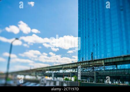 Le métro de New York City passe sur la voie ferrée surélevée de Queensboro Plaza à long Island City New York NY USA le 24 2019 mai.