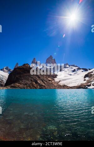 Mont Fitz Roy (alias Cerro Chalten) s'élevant du Lago de los Tres, El Chalten, Patagonie, Argentine, Amérique du Sud, arrière-plan avec espace de copie