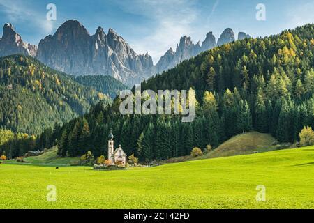 Chapelle Saint-Jean à Ranui, la Chiesetta di San Giovanni à Ranui, et Alpes Dolomites début automne, Tyrol du Sud, Italie. Banque D'Images
