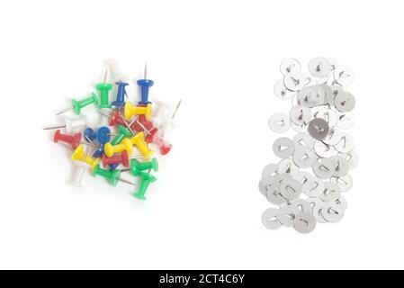 Ensemble de broches de dessin de couleur et de pouces métalliques isolés sur blanc Banque D'Images