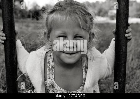 Gros plan portrait noir et blanc d'un adorable enfant caucasien souriant. Portrait d'un enfant heureux dans la nature. Concept d'enfance heureuse. Le bébé