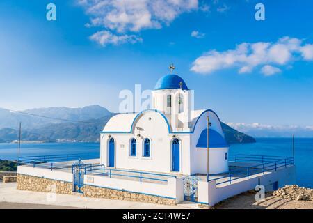 Église grecque orthodoxe traditionnelle blanche et bleue à Karpathos, île du Dodécanèse, Grèce