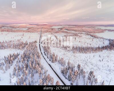 Routes hivernales dangereuses et verglacées dans des conditions de conduite difficiles, glissantes, verglacées et enneigées, dans des paysages et paysages magnifiques